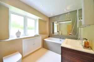 Modernes Badezimmer mit LED-Beleuchtung